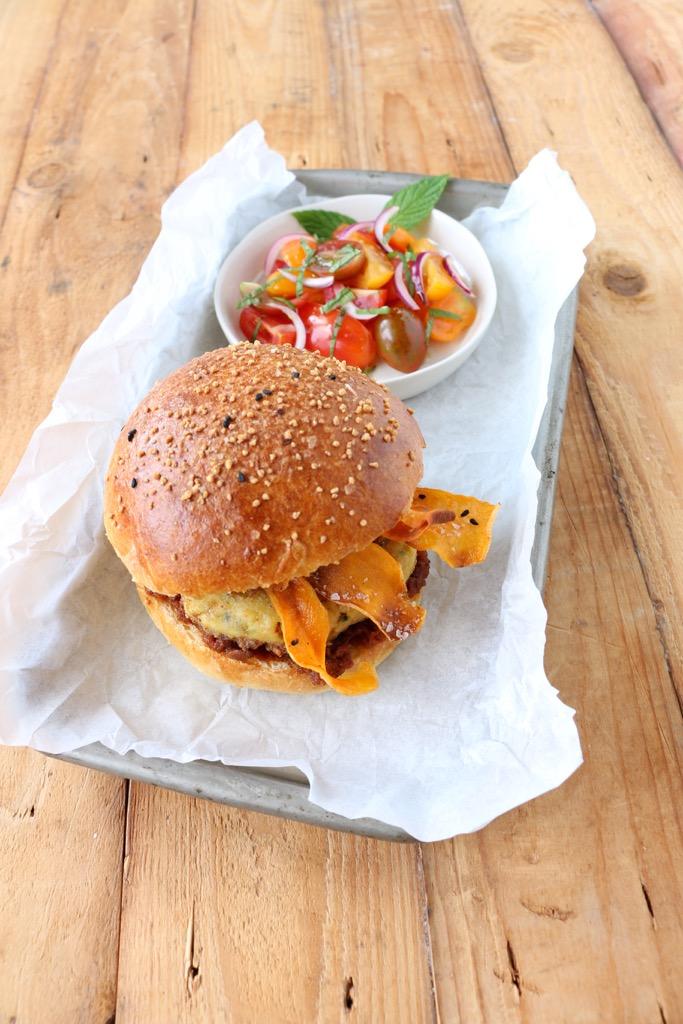Orientalischer Burger mit Falafel, Tajine-Pesto und Süsskartoffelchips