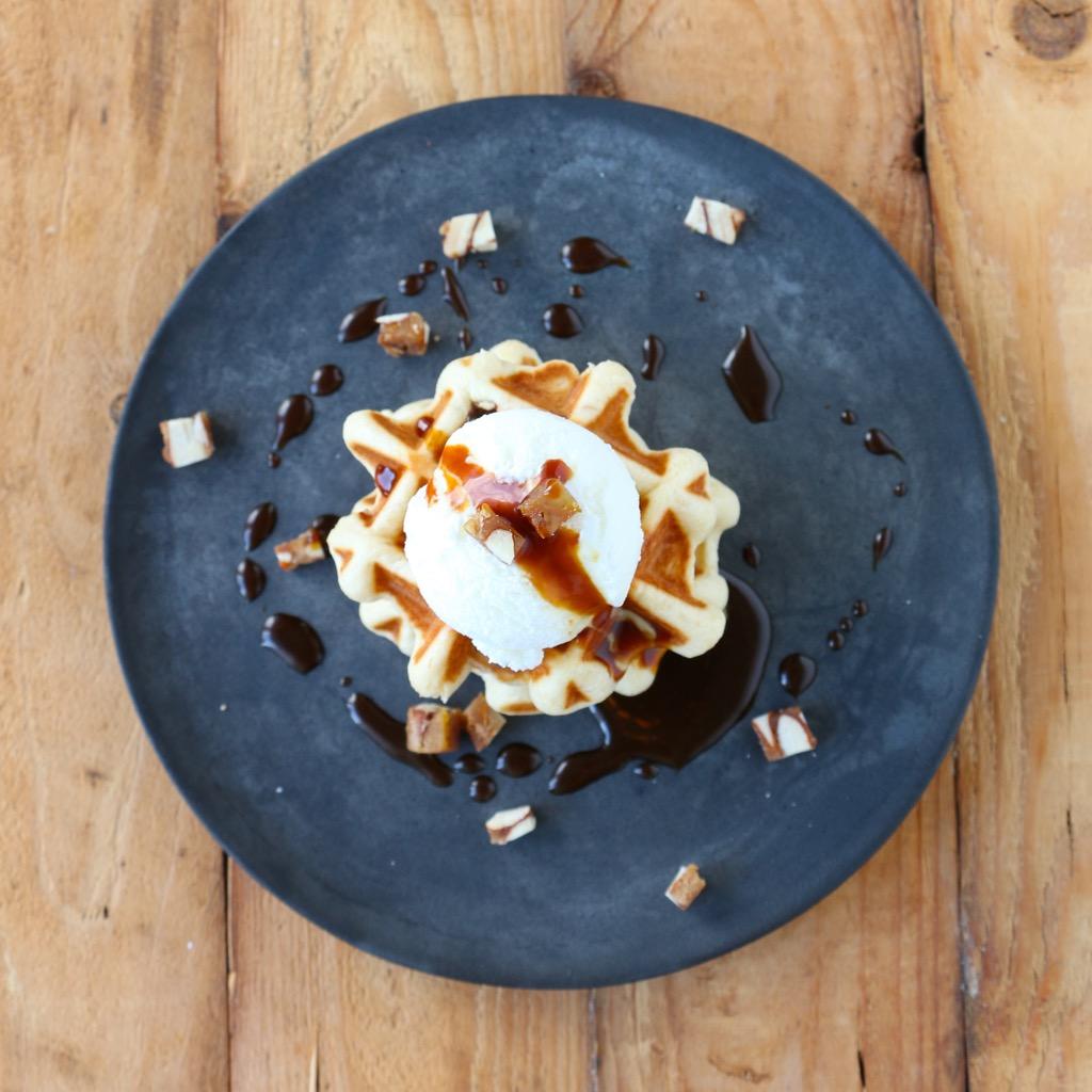 Frozen Joghurt von der Ziege, Panforte-Waffeln & Orangen-Karamell-Sauce