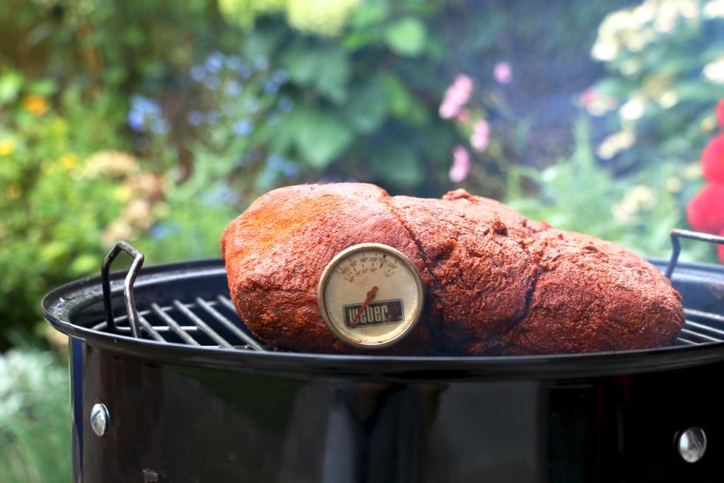 Brisket vom Smoker mit Miso-Mob als Sandwich