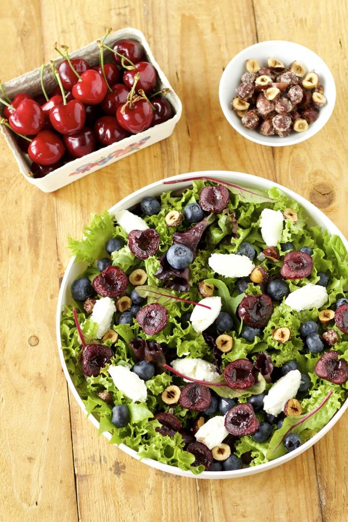 Sommersalat, Balsamico-Kirschen vom Grill, Ziegenfrischkäsenocken, karamellisierte Haselnüsse und Blaubeeren