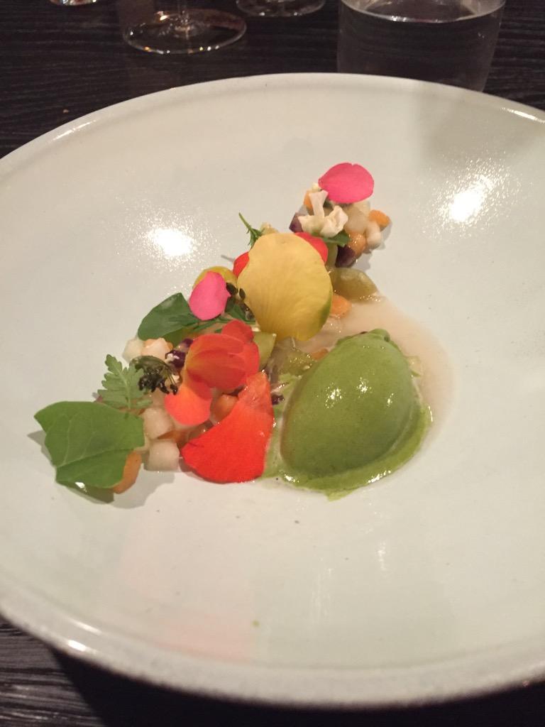 Fruchtsalat von Nachtschattengewächsen (Tomatillos, Ananaskirschen, Begonien, Zitronengurke) mit Rhabarbersaft mariniert und mit dickgelegter Pistazie und Shiso-Eis serviert.