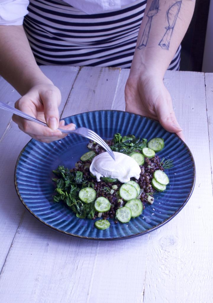 Zubereitung Belugalinsensalat mit pochiertem Ei