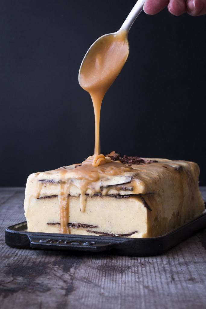 Vanilleeis mit cremigem Salzkaramell und hauchdünnen Schokoschichten!