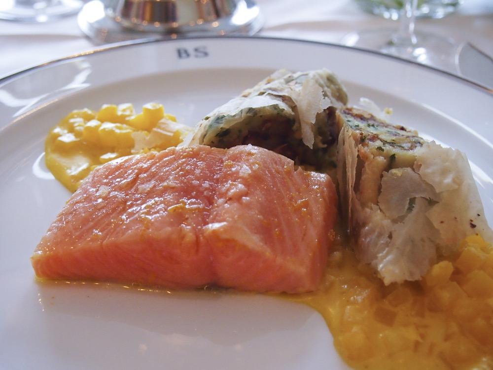 Frischer Lachs in Orangenöl confiert mit Safran-Steckrüben und Kartoffel-Koriander-Strudel