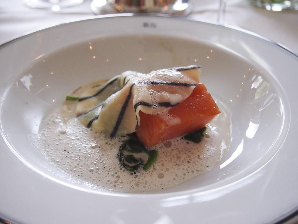 Offene Ravioli mit geräuchertem Lachs mit gedünstetem Spinat und Rauchheu-Schaum