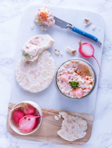 Lachsrillettes-mit-warmem-Joghurtbrot-und-eingelegten-Radieschen