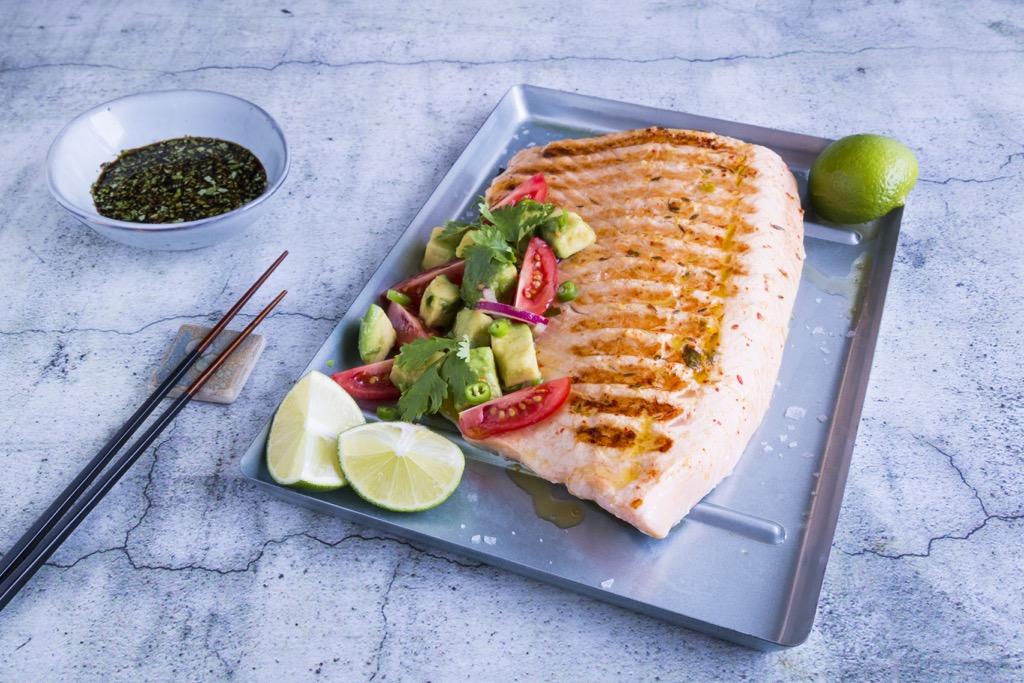 Lachs-vom-grill-mit-tomaten-avocado-salsa-5