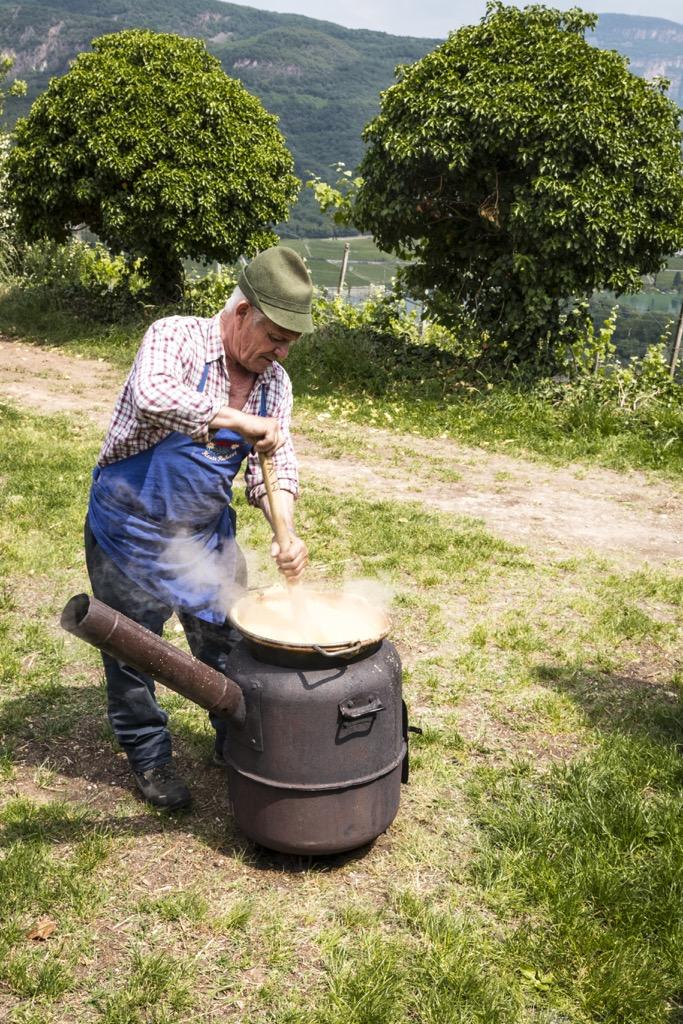 Pressereise-Südtirol-Kaltern-am-See-Polenta-rühren