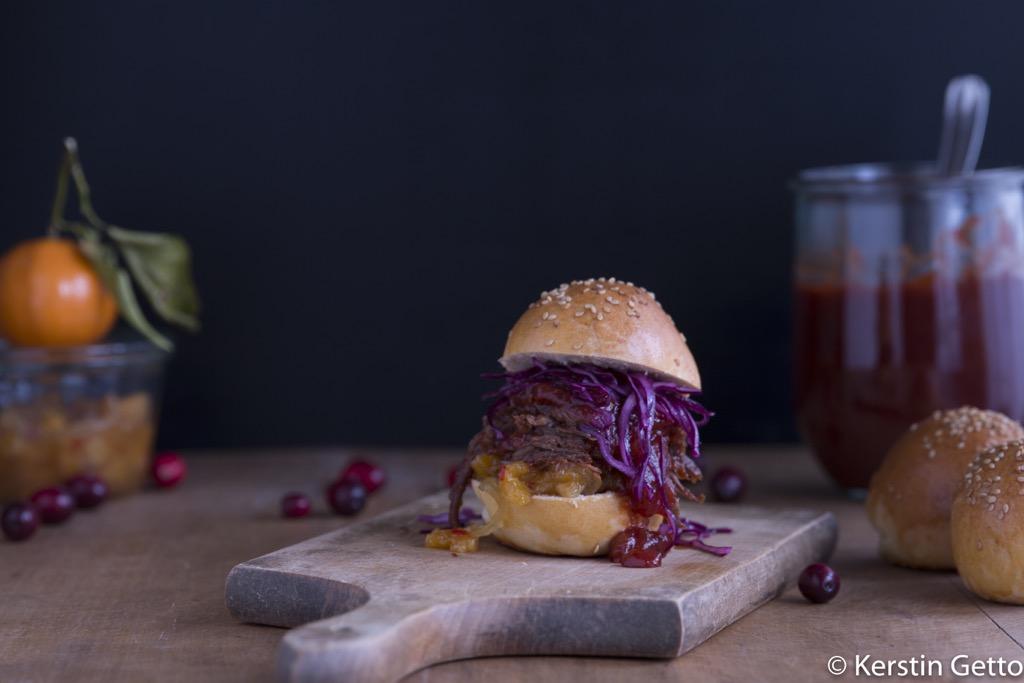 Pulled Wildschwein-mit-Cranberry-BBQ-Sauce-Orangenchutney-Rotkohl-Slaw-und-Wacholderbuns-4