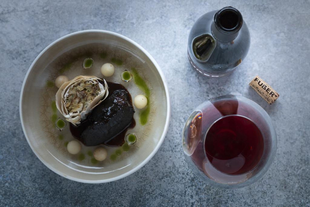 Das-Perfekte-Dinner-Ochsenbacken-Rotwein-Jus-Semmel-Frühlingsrollen-Gewürz-Nashi-Birnen-Perlzwiebeln-Petersilienöl-3