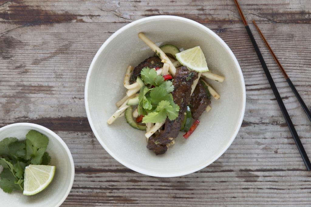 köstlicher-Thai-Beef-Salat-Rinderfiletstreifen-Gurke-Rettich-Koriander-Ingwer