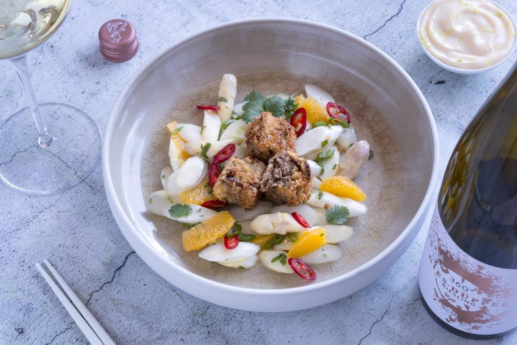 Spargelsalat-mit-Baeckchen-und-Wein