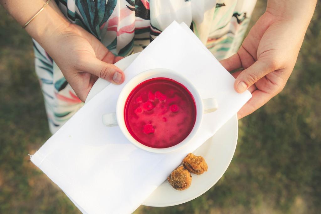 Rote Rüben Kaltschale mit knuspriger Wildsau