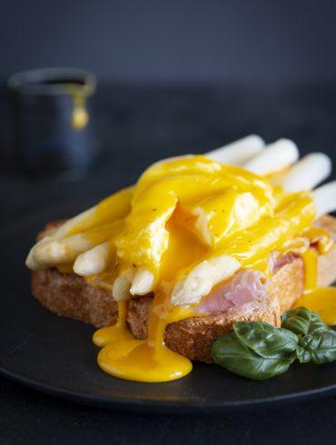 Eggs_Benedict_mit_Spargel