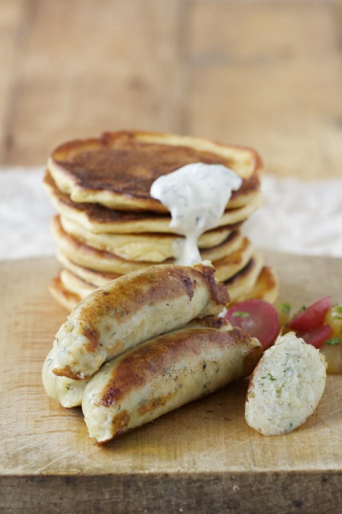 Zanderbratwurst, Sauerkrautpancakes und Traubenragout