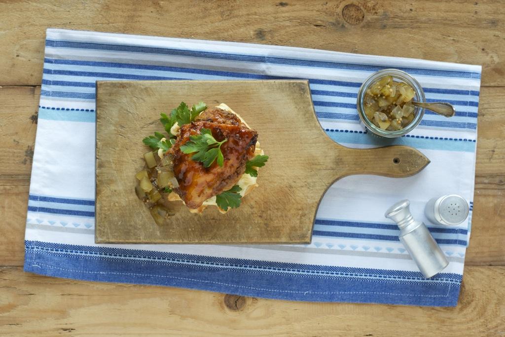 Emmentaler-Bierwaffeln mit knusprigem Hähnchen und Gurkenrelish