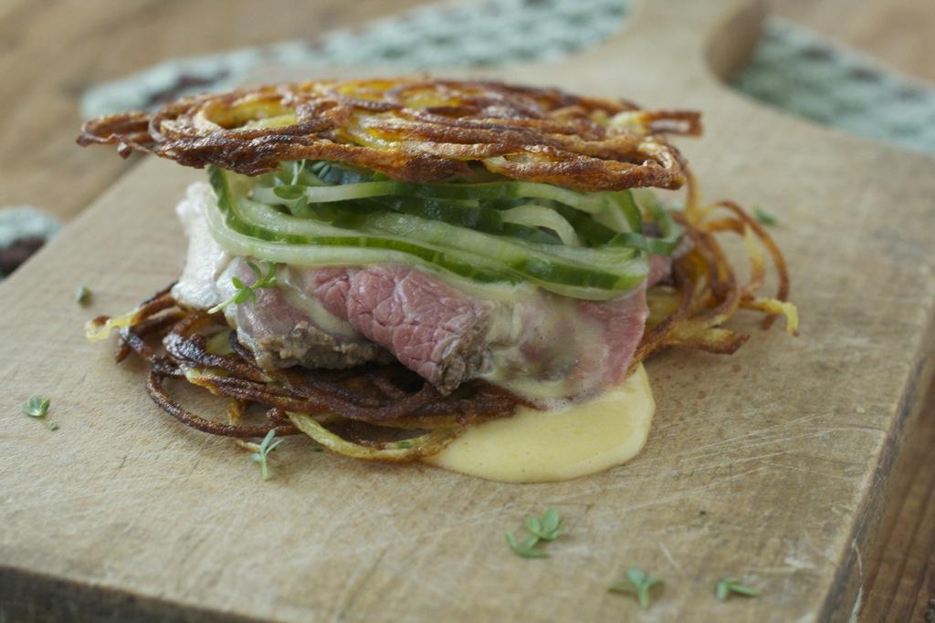 Röstiburger mit Gurkennudeln, Greyerzer-Sauce und Roastbeef